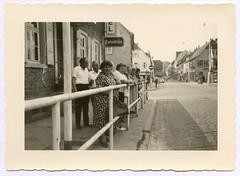 . (Kaïopai°) Tags: vintage femme dame frau woman geländer street strasse absperrung zaun palmbräu reklame house haus building gebäude