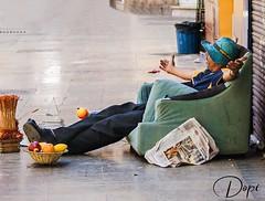 21/365_Salón con vistas a la calle (Dopior) Tags: hombre marginal sociales
