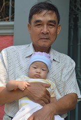 proud grandfather (the foreign photographer - ฝรั่งถ่) Tags: proud grandpa grandfather khlong thanon portraits bangkhen bangkok thailand nikon d3200