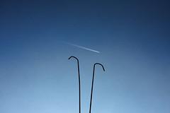 la scia (duegnazio) Tags: canon40d minimalism minimalismo cielo sky aereo plane scia blu controluce backlight tubi pipes