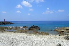 Lanyu - La plage près du port (8pl) Tags: mer baie ciel eau océan paysage pierre plage lanyu taïwan beautemps printemps roche phare bleu eaubleue galetsblancs