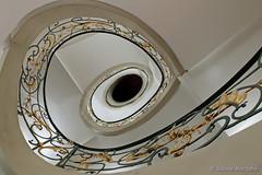 ....und sie dreht sich doch ! (Sockenhummel) Tags: treppe treppenhaus fuji x30 staircase jugendstil stairway berlin spirale drehen oval stairwell escaliers geländer railing architektur architecture stufen steps stair handrail handlauf escaleras roundandround upanddownstairs