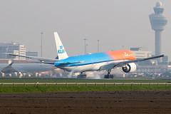 """PH-BVA, KLM's """"Orange Pride"""" touches down on rwy 06 (Kaagbaan) (Freek Blokzijl) Tags: phbva boeing boeing777 777300er orangepride specialscheme landing landingsbaan runway rwy06 kaagbaan touchdown arrival aankomst klm royaldutchairlines eham ams amsterdamairport schiphol luchthaven airport haarlemmermeer planespotting vliegtuigspotten canon eos7d 70200l28isusm springtime april2019"""