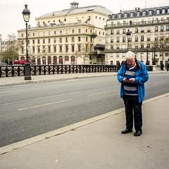Marcheur à l'arrêt (LaurentBourdier) Tags: filmphotography film kodak portra paris street rue people alf minolta