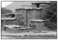 82208_19 Rammed earth constructions, central High Atlas, Morocco, 1982 (Wolfgang_Kraus) Tags: morocco maroc marokko atlas mountains analog hautatlas imazighen berber village architecture building film ilford hp5 id11 pentax mx smcpentaxm monochrome schneiderkreuznach 11 xenon zirconia k1 dslr scanning line scan industrial lens piplkan