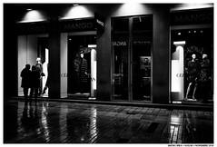 .. (Matías Brëa) Tags: calle street streetphotography blancoynegro blackandwhite bnw mono monochrome monocromo social documentalismo documentary noche nocturna night