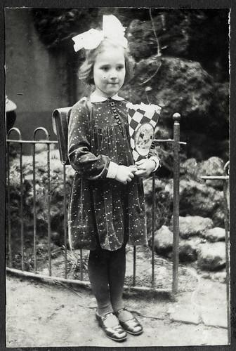 AlbumC296 Einschulung, älteste Schwester, 1930er