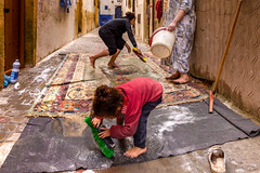 © Zoltan Papdi 2018-7916 (Papdi Zoltan Silvester) Tags: essaouira enpleinair place culture enfant child vie trame jeu architecture ambiance fenêtre ombre temps graphique ruelle outside square life frame thu atmosphere window shadow time graphic alley famille nettoyage family cleaning