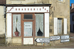Brasserie a vendre (Jan van der Wolf) Tags: map162417v brasserie bar café gevel facade sign richtingbord france morvan decay verval
