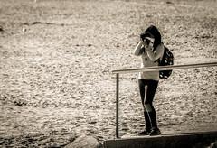 La fotógrafa solitaria. (Ricardo Pallejá) Tags: nikon d500 monocromo monocromático fotógrafa urbana urban urbanexploration sun street lightroom luces girls calle virado playa