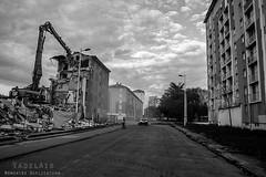 Alès Pres st jean-8788 (YadelAir) Tags: alès immeuble destruction pelleteuse débris démolition rue noiretblanc habitat hlm