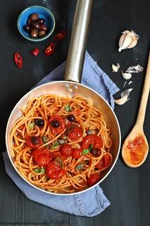 Spaghetti integrali con sugo alle olive e capperi