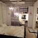 フェミニンでモノトーンなベッドルームの写真