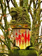 Lion R (Mattijsje) Tags: lion lions chimera statue beeld leeuw leeuwen oprit laan lawn tree trees weapon wapen de geer oudegein nieuwegein green groen mos aanslag beuk beuken beech stone steen moss algen algues tongue tong