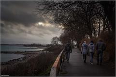 Sonntagsspaziergang (geka_photo) Tags: gekaphoto bülk schleswigholstein deutschland weg küste kielerförde handlauf bäume menschen spaziergänger wolken