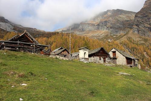 Rovana-Tal mit der Alpe di Magnello (1800 m.ü.M.) oberhalb von Cimalmotto