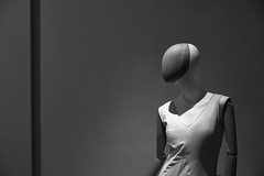 El desafío de la tiradora (RodionR) Tags: bn bw blancoynegro biancoenero noiretblanc blackandwhite monocromo monotone monochrome maniquí estatua sculpture escultura museo museonacionaldelteatro