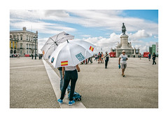 Praça do Comércio, Lisboa (Sr. Cordeiro) Tags: praçadocomércio terreirodopaço tursimo turistas tourism tourists umbrellas chapéusdechuva praça square lisboa lisbon portugal rua street panasonic lumix gx80 gx85 14140mm