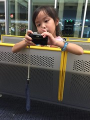 2016-09-26 19.10.25 (jccchou) Tags: okinawa 沖繩 琉球 japan caroline girl kids children portrait airport