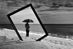 Recuerdo de una mañana de domingo (Osruha) Tags: domingo diumenge sunday playa platja beach mañana matí morning paseo passeig walks marco marc frame blancoynegro blancinegre blackandwhite bw bn bnw composición composició composition nikon nikonistas nikond750 d750