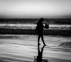 Lectura nocturna, La Serena, Chile (Mario Rivera Cayupi) Tags: ocean sand beach sky water bw planart1450 chile laserena blancoynegro mar sea océano niña contraluz atardecer evening canon80d blackandwhite carlzeisslens