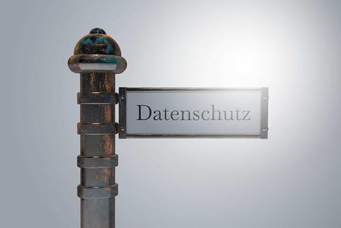 Datenschutz-auf-Wegweiser-Schild