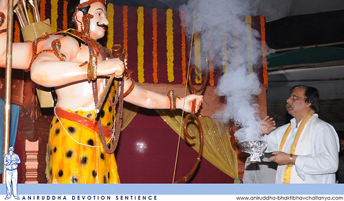 Sadguru Shree Aniruddha offering Dhoop to Bhagwan Shree Kiratrudra during Shree Aniruddha Pournima at Shri Harigurugram | श्रीअनिरुद्ध पौर्णिमेस श्रीहरिगुरुग्राम येथे भगवान श्रीकिरातरुद्रास धूप अर्पण करताना सद्गुरु श्रीअनिरुद्ध बापू