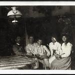 Archiv S101 Familienfoto in der Wohnstube, 1920er thumbnail