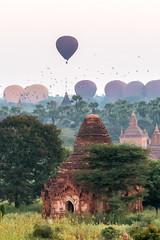 Décollage des montgolfières au-dessus des temples de Bagan (Seb & Jen) Tags: bagan myanmar burma birmanie mandalayregion myanmarbirmanie oldbagan nyaungu royaumedepagan temple pagoda pagode bulethi montgolfiere balloon sunrise lever soleil