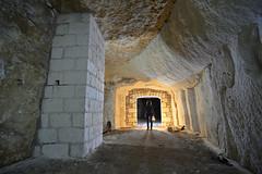 Pilier maçonné (flallier) Tags: carrière souterraine tuffeau underground chalk quarry pilier conso consolidation souterrain silhouette lampeacétylène lampecarbure carbure acétylène galerie tunnel nikon d800 zeiss distagon 18mm