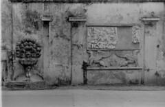 Roma, marzo 3019 villa Borghese (Nonnismi) Tags: roma rome bassorilievi basrelief fontana fountain bw bn analog fotografiaanalogica villaborghese