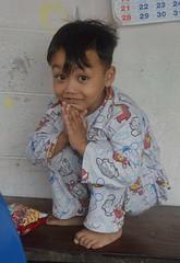polite squatting boy (the foreign photographer - ฝรั่งถ่) Tags: polite boy child squatting wai khlong lard phrao portraits bangkhen bangkok nikon d3200