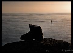 Finisterre-El final del Camino (agalayo) Tags: galicia españa atlántico barco atardecer bronce bota finisterre costa
