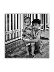 Frère et soeur (philippeprovost1) Tags: enfants children brother sister vietnam protection regard monochrome people portrait rue street photography happyplanet asiafavorites