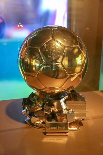 """Goldene Trophäe """"Der Ballon d'Or"""" aus dem Jahr 2015 für FC Barca Spieler Lionel Messi, ausgestellt im Camp Nou Museum in Barcelona, Spanien"""