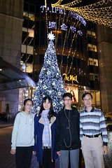 IMG_2550A (Ethene Lin) Tags: 遠企購物中心 聖誕樹 夜拍 全家福 親子 團體照 燈飾