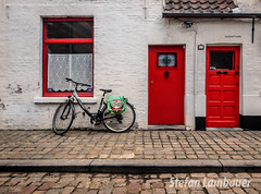Bruges (Stefan Lambauer) Tags: bruges city citylife bike velo niklas malperluske house janela door window porta home bruge flandres stefanlambauer 2015 bélgica belgium europa bicycle