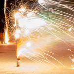 Weißes Vulkan-Feuerwerk in Noord-Holland zu Silvester, aufgenommen mit langer Verschlusszeit thumbnail