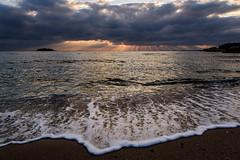 波打ち際ーOn the edge of the water (kurumaebi) Tags: yamaguchi 秋穂 山口市 nikon d750 nature landscape 雲 cloud sky 空 dusk sunset 夕焼け 海 sea wave 波 beach 薄明光線