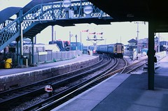 4-COR at Newhaven Harbour station in 1971 (Tom Burnham) Tags: uk sussex newhaven railway station train electric 4cor class404 bannerrepeater footbridge 1970s