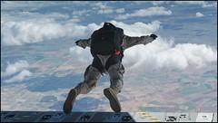 Primer salto paracaidista desde un A400M del Ala 31 (Ejército del Aire Ministerio de Defensa España) Tags: a400m airbus ejércitodelaire fuerzaaérea españa español avión aeronave airplane aircraft militar military trasnport aviación aviation aviadores eada escuadróndeapoyoaldespliegueaéreo paracaidismo paracaidistas salto jump crew tripulación parachute parachuting volar fly flight cielo nube azul cloud sky blue ala31