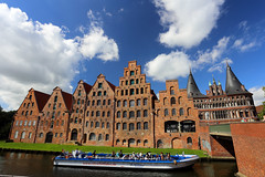 Lübeck, Germany (廖法蘭克) Tags: lübeck germany 呂北克 德國 canon canon6d frank frankineurope frankingermany photographer photography photograph travel family holiday vacation relax sunny sunshine unesco unescoworldheritage 世界文化遺產 old oldtown 旅行 canonef1740mmf4l holstentor 霍爾斯滕門 hansa hanseaticleague 漢薩同盟 漢薩同盟首都 leadingcityofthehanseaticleague historical historicalbuilding 歷史建築 歷史聚落