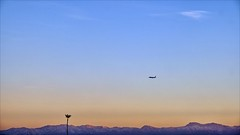Goodbye (Heinrich Plum) Tags: heinrichplum plum fuji xt2 xf1855mm marrakech marrakesch marokko morocco flugzeug plane abendstimmung eveningatmosphere palm palmtree atlasgebirge atlasmountains mountains