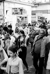 En colère pour la planète - Arles - (Loïc.Kervignac) Tags: lamarchedusiècle manifestation manif pentax blackandwhite noiretblanc arles reportage