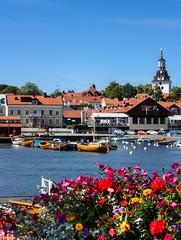 IMG_2866-1 (Andre56154) Tags: schweden sweden sverige wasser water ufer meer ozean ocean blume flower kirche church himmel sky heiter hafen harbor port