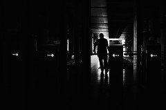 → → I ← ← (natan_salinas) Tags: valparaíso valpo metro metrotren streetphotography fotografíaurbana fotografíacallejera bw blackwhite blanconegro bn blancoynegro blackandwhite monocromático monochrome nikon subway d5100 50mm gente people chile ciudad city urbe noiretblanc urban urbano sunset luz light shadow sombras silueta silhouette contraluz backlighting backlight hombre man male