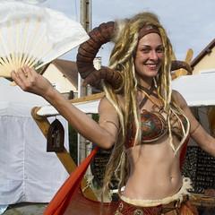 IMG_3141R (leroux.maximilien62) Tags: mervillefranceville calvados costume normandie normandy france frankreich fantasy smile sourire lächeln cornes horns hörner éventail cidreetdragons
