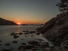 Sunrise in Portlligat (muntsa-joan-color) Tags: sunrise water mar amanecer playa beach roca mediterraneo costabrava acantilado nature naturaleza sol sun sunset