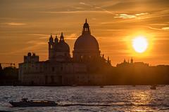 Ombre italienne (Antonin ITD) Tags: italy italie paysage landscape soleil sun sunset carnaval carnavale carnival doges palais coucher gondole mer reflet reflection couleur color