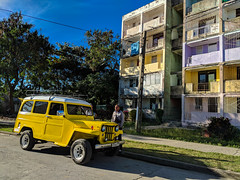 A very old classic SUV in front of a 70's Russian Building, in Virginia district, Santa Clara, Cuba (lezumbalaberenjena) Tags: cuba santa clara villas villa 2019 lezumbalaberenjena barrio virginia american americana maquina máquina máquinas car almendron vintage classic clasica vieja old